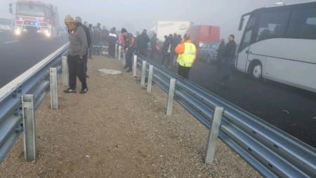 Спасителните екипи са разрязвали смазаните коли, за да извадят пострадалите