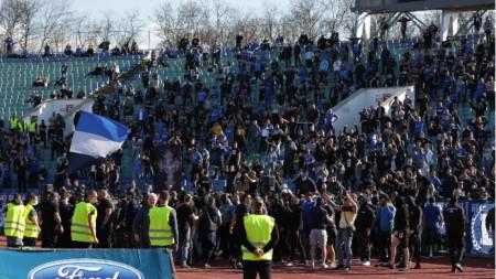 Фенове на Левски нахлуха на терена по време на дербито.