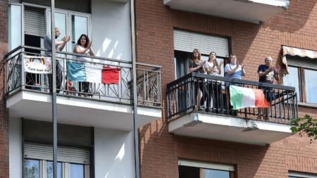 Италианци пеят на балконите
