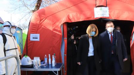 Министърът на здравеопазването Костадин Ангелов и столичният кмет Йорданка Фандъкова пред Covid пункта.
