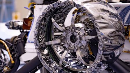 """Едно от колелата на роувъра на НАСА """"Пърсивирънс"""" с диаметър 20,7 инча (52,6 сантиметра) е обвито в защитно антистатично фолио, което ще бъде премахнато преди старта. Очаква се роувърът да кацне на Марс на 18 февруари догодина."""