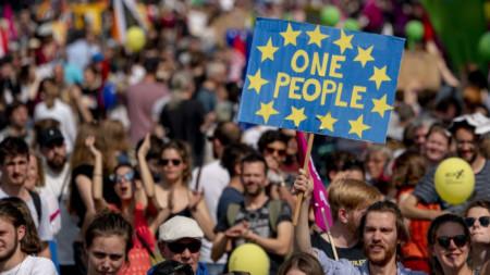 В демонстрацията в Берлин в неделя участваха около 20 хиляди души.