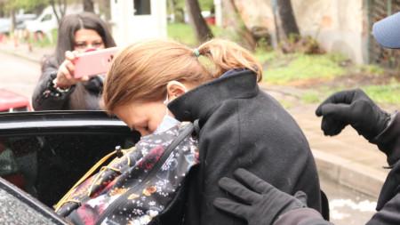 Десислава Пешева, майката на младежа, предизвикал катастрофа и убил журналиста Милен Цветков, беше изведена от Трето РПУ в столицата от служители на реда. Кристиан Николов е управлявал джип под въздействието на наркотици.