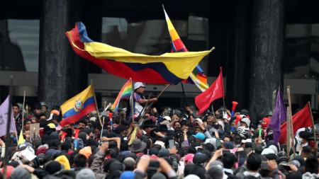 Демонстранти нахлуват в сградата на Конгреса в Кито.