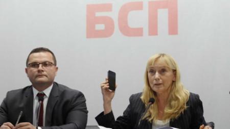 """Елена Йончева показа оригиналния запис по аферата """"Ало, Банов съм"""". Тя показа и мобилния телефон, с който е бил направен записът."""