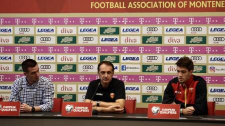 Фарук Хаджибегич (в средата) по време на пресконференцията. Вдясно е Никола Вукчевич.