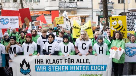Протест на екоактивисти преди заседанието на съда.