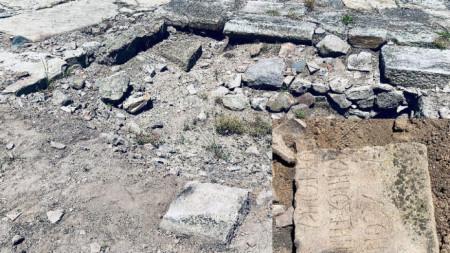 Надписът е върху къс от варовиков саркофаг, датиран от II-III век от н.е. Текстът е на старогръцки език.