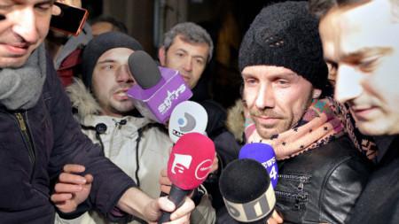 Италианецът Матео Полити (вторият отдясно), който се представял за хирург, без да има диплома, е ескортиран от полицаи в Букурещ след задържането му.