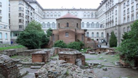 """Църквата-ротонда """"Св. Георги"""" е най-старият архитектурен паметник в София и единствената запазена до покрив постройка в града, датираща от римската империя."""