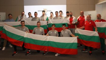 Националният отбор до 21 години със своите треньори.