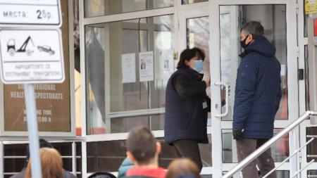И днес лични лекари се наредиха на опашка пред РЗИ-София, за да получат бройки от ваксини.