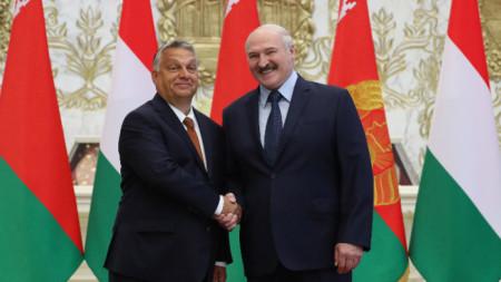 Орбан и Лукашенко се срещнаха без маски.