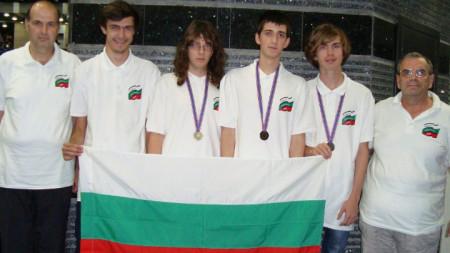 Александър Кръстев (вторият отдясно наляво) с българския отбор по информатика.