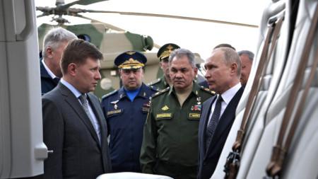 Владимир Путин във военен завод в Казан.
