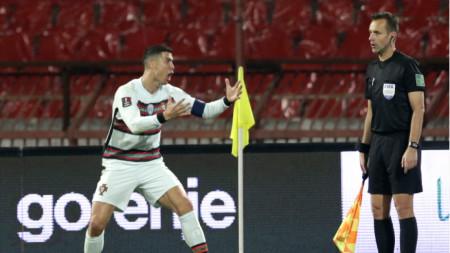Кристиано Роналдо беснее след непризнатия гол в Белград.