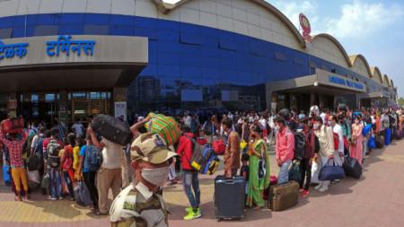 Индийци и мигранти чакат влаковете си на гара в Мумбай.