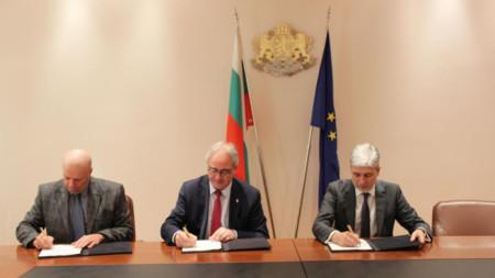 Ангел Найденов - управител на общинското дружество за транспорт в Плевен, кметът Георг Спартански и министър Нено Димов на церемонията по подписване в МОСВ.