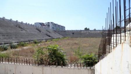"""Привържениците на Ботев (Пловдив) са недоволни, че се бави ремонтът на стадион """"Христо Ботев""""."""