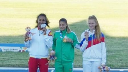 Начева позира със златния медал.