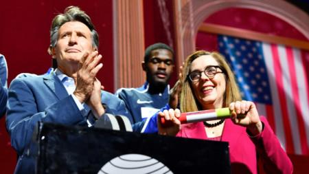 Себастиан Коу с губернатора на Орегон Кейт Браун при поемането на щафетата от Доха.