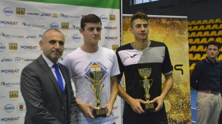 Лазаров (в бяло) и Донски позират с купите.