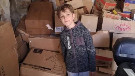 Пламен (8 г.) в семейния гараж в Сливен, който е преустроен в склад за хартия.