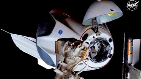 Crew Dragon вече транспортира до МКС астронавти.