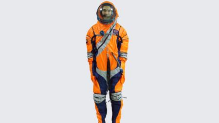 Новият костюм има цип, разположен диагонално по торса, което не позволява на мъжете да се изпикаят върху гумата на автобуса, каращ ги към ракетата.