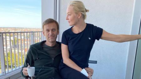 Навални със съпругата си Юлия в берлинската болница