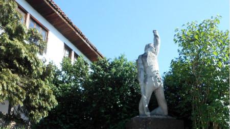 Паметник на въстаника пред Пановата къща в Белоградчик