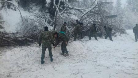 Военнослужещите от състава на 101-ви Алпийски батальон в разчистването на пътя гр. Смолян - Пампорово.