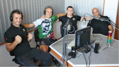 Шуменските бойци Християн Тотев - вторият отляво, и Иван Иванов - третият отляво, ще се бият на финали. На снимката те са заедно с треньора на СК