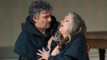 Йонас Кауфман в ролята на Дон Алваро и Анна Нетребко като Леонора