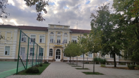 """Средното училище """"Св. Климент Охридски"""" в Ловеч"""