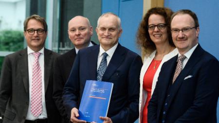 Изабел Шнабел (втората отдясно наляво) е германската кандидатура за Управителния съвет на ЕЦБ