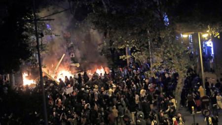"""Групи от екстремисти подпалиха барикади по булевард """"Лас Рамблас"""" в Барселона, преди да бъдат разпръснати с гумени куршуми и димни гранати от полицията в събота вечерта."""