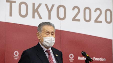 Йоширо Мори говори пред медиите.