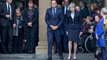 Премиерите Тереза Мей и Лео Вардакар на погребението на журналистката Лира Маккий, загинала при отразяване на безредиците в Лондондери.