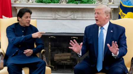 Доналд Тръмп разговаря с пакистанския премиер Имран Хан в Белия дом