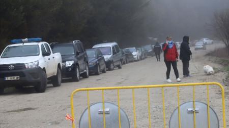 """Дъжд и мъгла посрещнаха малкото хора, решили да отидат на Витоша. От днес, 3 май, природен парк """"Витоша"""" е отворен за разходки."""