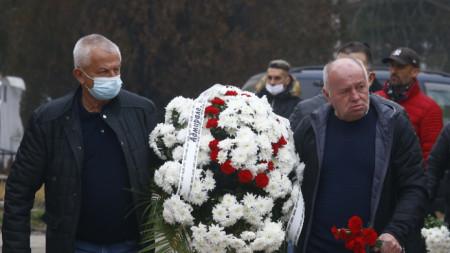 Собственикът на Локомотив (Пд) Христо Крушарски и съветникът му Чавдар Цветков бяха едни от многото, които си взеха последно сбогом с Никола Спасов