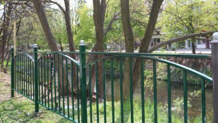 Изграждането на оградата започна от входа на парка, където играят най-много деца