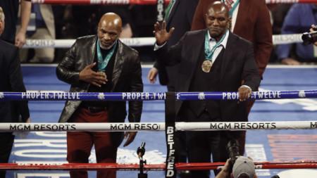 Майк Тайсън (вляво) може отново да се бие първо срещу Ивендър Холифилд (в дясно).