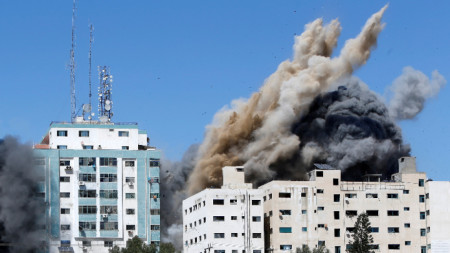 Сградата се срути след израелски ракетни удари.