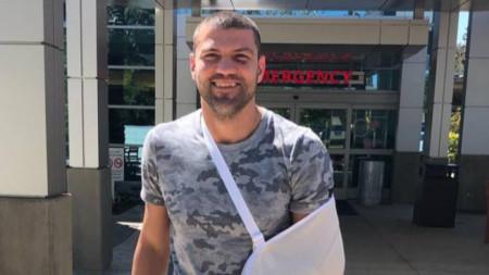 Тервел Пулев на излизане от болницата.