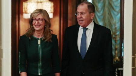 Много ми е приятно да се срещна с моя колега – външният министър на Руската федерация Сергей Лавров и да обсъдя с него двустранните отношения по множество международни теми, включително ситуацията в Сирия. Това написа в профила си в Туитър външният министър Екатерина Захариева, която е на официално посещение в Русия.