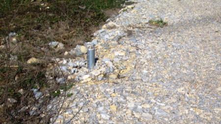 Металните стълбчета на знаците са изрязани с ъглошлайф.