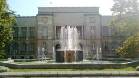 Фонтанът и художествената галерия в центъра на Добрич