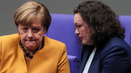 Канцлерът Ангела Меркел и лидерът на германските социалдемократи Андреа Налес, който пред уикенда обяви ,че се оттегля от политиката, в Бундестага през март 2019 г.
